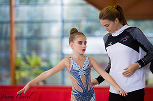 Le coach Ludmila Pyankova guide la gymnaste Olivia Michelier